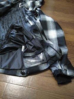 スノボウェアの上着のパスケース